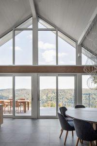 Séjour et grandes portes vitrées - High-Altitude-Style par Jane Hope - Saint-Sauveur, Canada © Adrien Williams