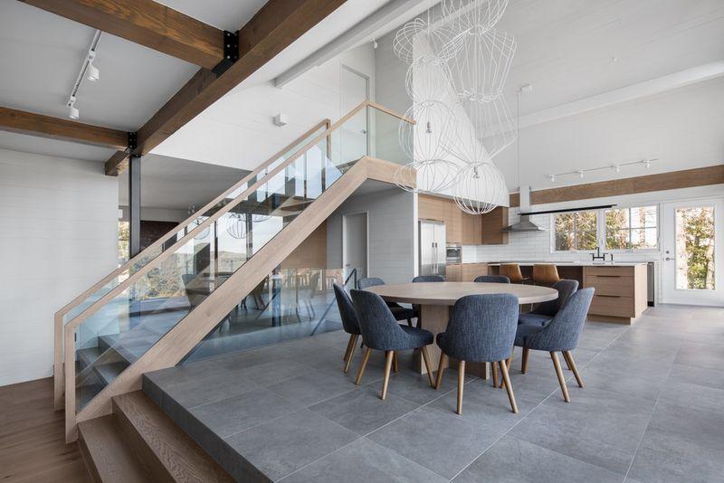 Salle de séjour et cuisine - High-Altitude-Style par Jane Hope - Saint-Sauveur, Canada © Adrien Williams
