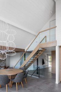 Salle séjour et escalier bois - High-Altitude-Style par Jane Hope - Saint-Sauveur, Canada © Adrien Williams