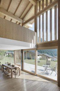 Salle séjour et grande portes vitrées - CNR-House par Alp-Architecture - Vollèges, Suisse © Christophe Voisin