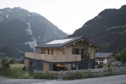Vue principale maison béton et bois - CNR-House par Alp-Architecture - Vollèges, Suisse © Christophe Voisin