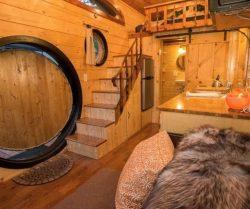 Cuisine et escalier accès espace chambre - Hobbit-Tiny-House - Colorado, USA © Weecasa