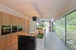 Cuisine et grande baie vitrée coulissante - House-Fairy-Tale par Tijmen-Versluis - Voorschoten, Pays-Bas