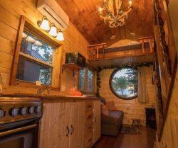Cuisine-salon et vue espace chambre - Hobbit-Tiny-House - Colorado, USA © Weecasa
