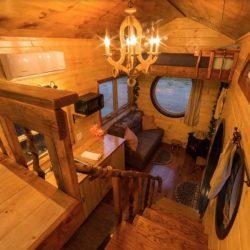 Escalier bois accès espace chambre - Hobbit-Tiny-House - Colorado, USA © Weecasa