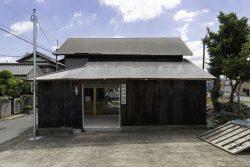 Façade entrée - Deguchishoten par kurosawa kawara-ten - Ohara Isumi Chiba, Japon © Ryosuke Sato