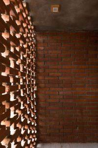 Façade intérieur en briques cuites - Stilts-House par Natura-Futura-Arquitectura - Equateur, Villamil © Maderas Pedro
