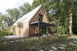 Façade jardin et toiture en V - House-Fairy-Tale par Tijmen-Versluis - Voorschoten, Pays-Bas