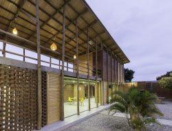 Façade principale illuminée - Stilts-House par Natura-Futura-Arquitectura - Equateur, Villamil © Maderas Pedro