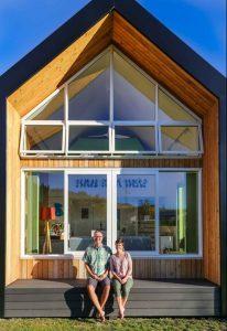Façade terrasse et grande baie vitrée - Tiny-house-concept - Nouvelle-Zelande, Wanaca © Living Big in a Tiny House