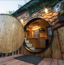 Façade terrasse et porte ronde entrée - Hobbit-Tiny-House - Colorado, USA © Weecasa