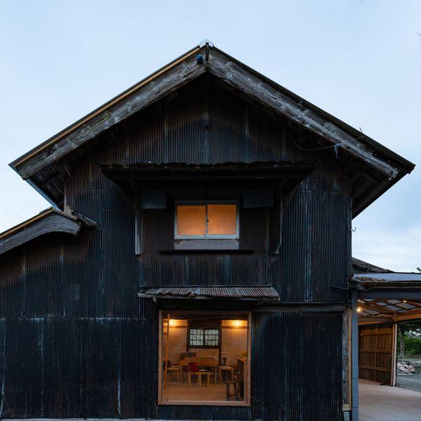 Façade vieilles tuiles - Deguchishoten par kurosawa kawara-ten - Ohara Isumi Chiba, Japon © Ryosuke Sato