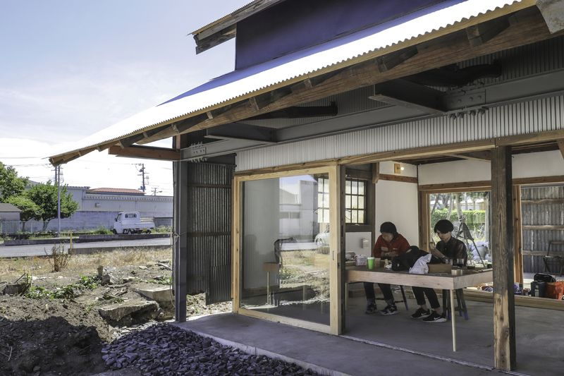 Grande ouverture vitrée coulissante - Deguchishoten par kurosawa kawara-ten - Ohara Isumi Chiba, Japon © Ryosuke Sato