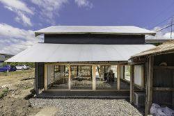 Grande portes vitrées coullissantes - Deguchishoten par kurosawa kawara-ten - Ohara Isumi Chiba, Japon © Ryosuke Sato