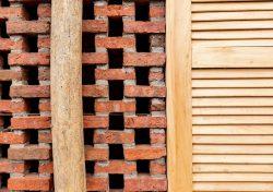 Ouvertures en briques et fenêtres bois - Stilts-House par Natura-Futura-Arquitectura - Equateur, Villamil © Maderas Pedro