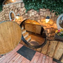 Porte ronde Hobbit entrée - Hobbit-Tiny-House - Colorado, USA © Weecasa