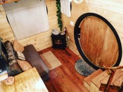 Nuit porte ronde entrée et mini salon - Hobbit-Tiny-House - Colorado, USA © Weecasa