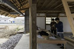 Rénovation mur intérieur - Deguchishoten par kurosawa kawara-ten - Ohara Isumi Chiba, Japon © Ryosuke Sato