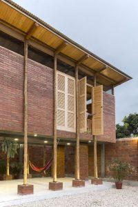 Rez de chaussée et façade en brique - Stilts-House par Natura-Futura-Arquitectura - Equateur, Villamil © Maderas Pedro