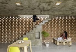Salle séjour et escalier béton - Stilts-House par Natura-Futura-Arquitectura - Equateur, Villamil © Maderas Pedro