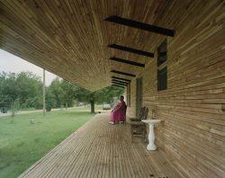 Terrasse et façade mur lambris bois - Homes-Rural-America par Rural-Studio - Alabama, USA © Timothy Hursley