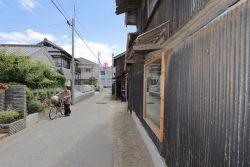 Vieilles tôles ondulées - Deguchishoten par kurosawa kawara-ten - Ohara Isumi Chiba, Japon © Ryosuke Sato