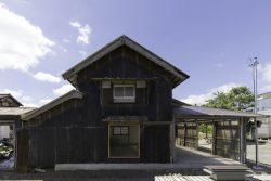 façade principale tôles ondulées - Deguchishoten par kurosawa kawara-ten - Ohara Isumi Chiba, Japon © Ryosuke Sato