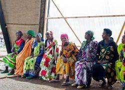 Femmes dans le bâtiment principal - Gahinga Batwa Village par Studio FH Architects - Gahinga, Rwanda © Will Boase Photography