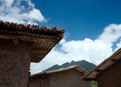 Toitures en tôles et couche papyrus - Gahinga Batwa Village par Studio FH Architects - Gahinga, Rwanda © Will Boase Photography