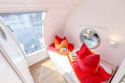 Couchette et grande baie vitrée - Houseboat par Nautilus - Berlin, Allemagne © Nautilus