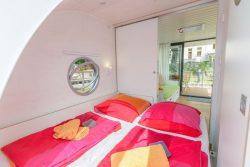 Double couchettes et vue salon - Houseboat par Nautilus - Berlin, Allemagne © Nautilus