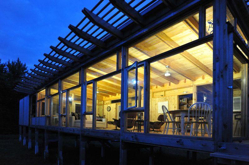 Façade entièrement vitrée illuminée - Glass-Cabin par atelierRISTING - Fairbank, USA © Steven