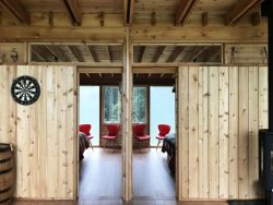 Grande porte en bois coulissante - Glass-Cabin par atelierRISTING - Fairbank, USA © Steven