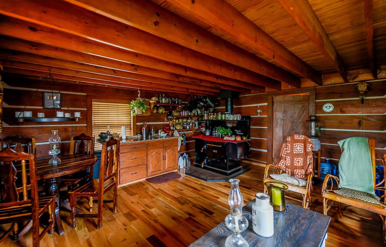 Pièce de vie - Cabin-off-Grid par Doug-Stacy - Missouri, USA © livingbiginatinyhouse