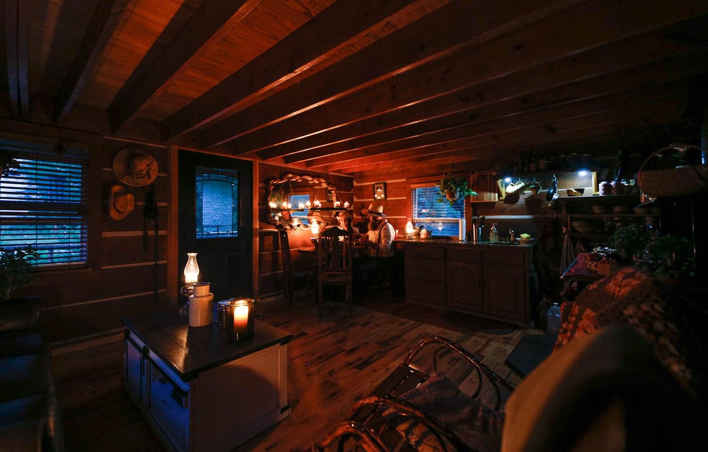 Pièce de vie nuit - Cabin-off-Grid par Doug-Stacy - Missouri, USA © livingbiginatinyhouse