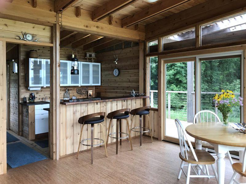 Salle séjour et îlot de cuisine - Glass-Cabin par atelierRISTING - Fairbank, USA © Steven