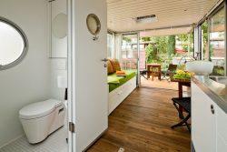 Salon et salle de bains - Houseboat par Nautilus - Berlin, Allemagne © Nautilus