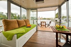 Salon et vue barre de gouvernail - Houseboat par Nautilus - Berlin, Allemagne © Nautilus