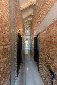 Allée en brique - Casa-CWA par Beczack - Owczarnia, Pologne © Jan Karol Golebiewski