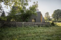 Clôture bois site - Casa-CWA par Beczack - Owczarnia, Pologne © Jan Karol Golebiewski