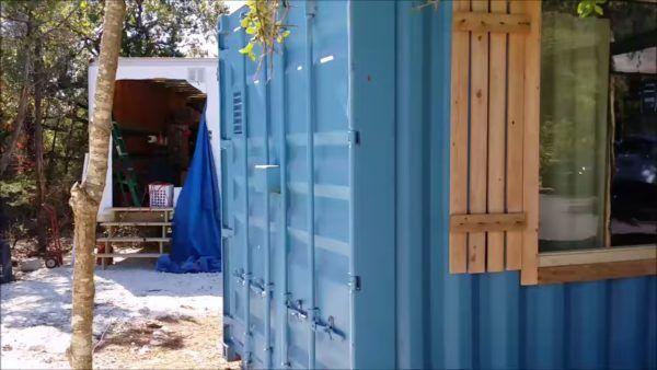 Façade container et fenêtre vitrée - Container Tiny House - Texas, USA © Danny Webber