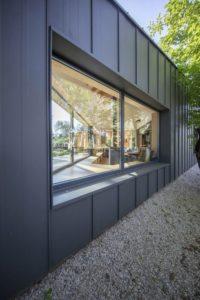 Façade graphite et ouverture vitrée - Casa-CWA par Beczack - Owczarnia, Pologne © Jan Karol Golebiewski