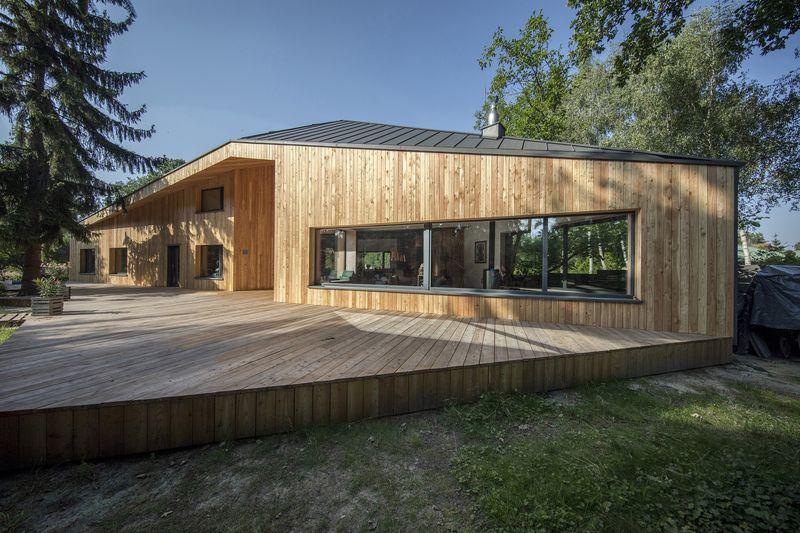 Façade terrasse bois - Casa-CWA par Beczack - Owczarnia, Pologne © Jan Karol Golebiewski