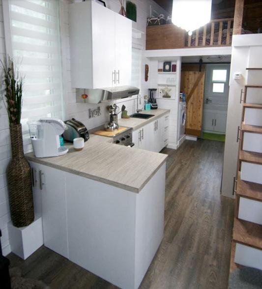Intérieur minuscule maison avec aménagement nécessaire