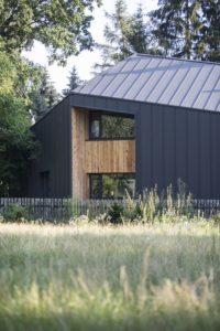 Panneaux graphite et bois façade - Casa-CWA par Beczack - Owczarnia, Pologne © Jan Karol Golebiewski