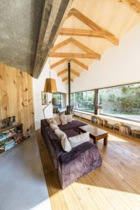 Salon intérieur bois et grande ouverture vitrée - Casa-CWA par Beczack - Owczarnia, Pologne © Jan Karol Golebiewski