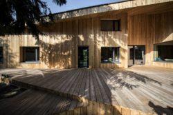 Terrasse bois et ouvertures vitrées - Casa-CWA par Beczack - Owczarnia, Pologne © Jan Karol Golebiewski