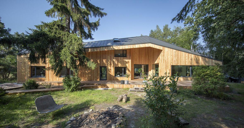 une maison bois polonaise au toit asym trique build green. Black Bedroom Furniture Sets. Home Design Ideas