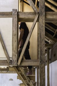 Escalier bois accès chambres - House-Flying-Beds par Al Borde - Equateur © JAG Studio