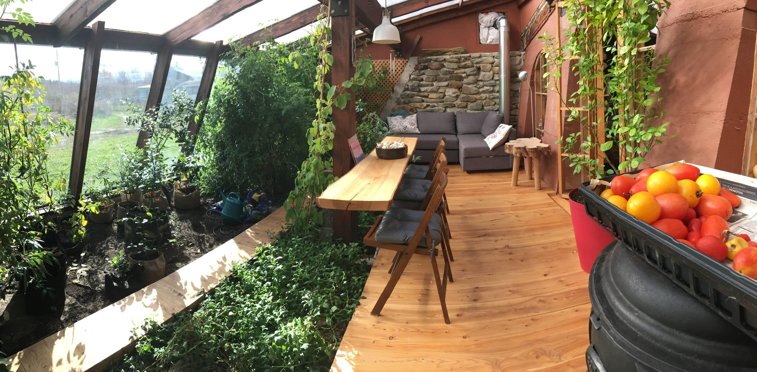 Potager et terrasse salon design - earthship par Francis-Marie - Quebec